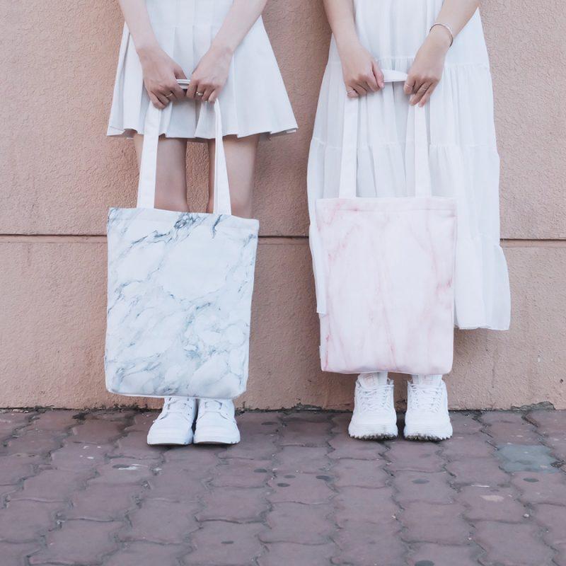 Mách bạn cách phối đồ khi dạo phố cùng túi vải canvas trắng trơn
